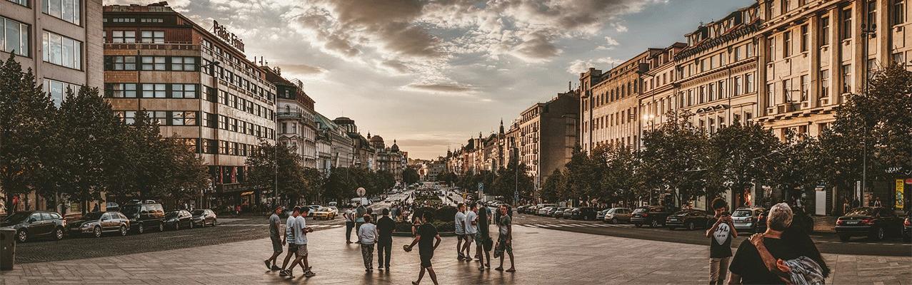 Weitläufige Straße in einer Stadt mit Menschen