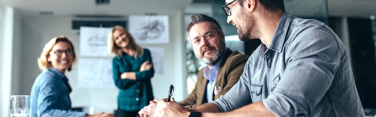 Menschen unterhalten sich während einer Besprechung