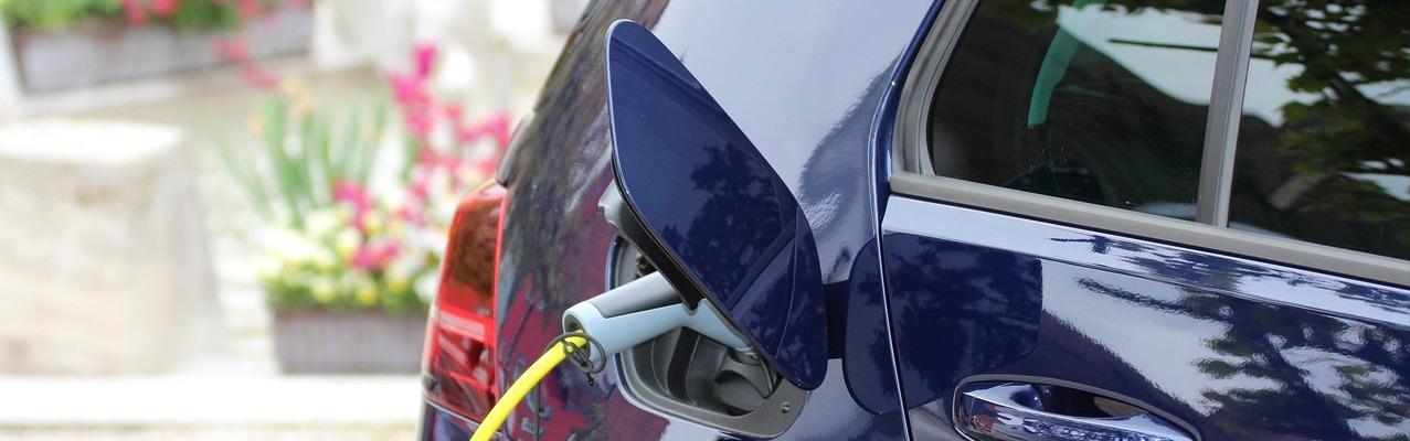 Elektroauto an Ladestation angeschlossen