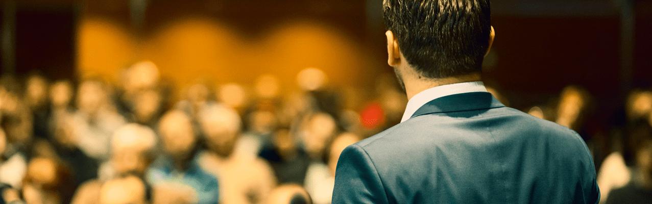 Referent spricht vor Publikum