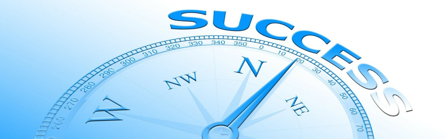 Kompass mit Richtungsanzeige auf Erfolg