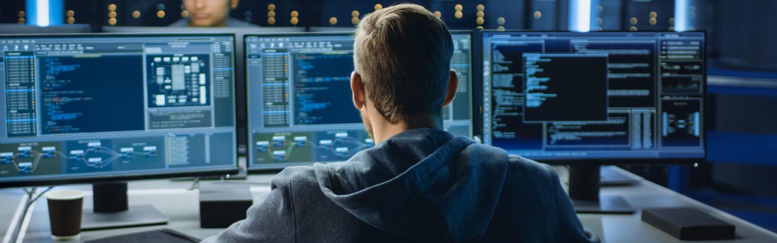Mitarbeiter der Netzleitstelle arbeitet am Computer